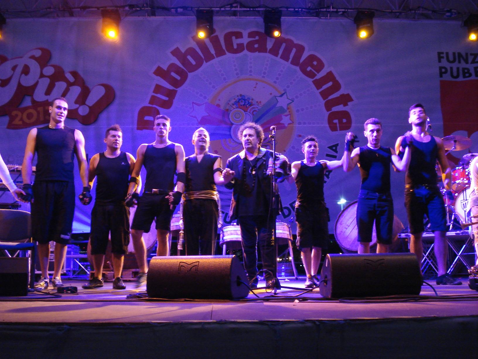 Enzo Avitabile sul palco con i Bottari