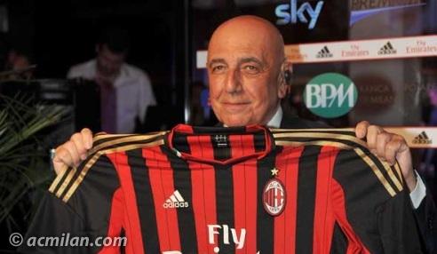 Adriano Galliani con la maglia del Milan
