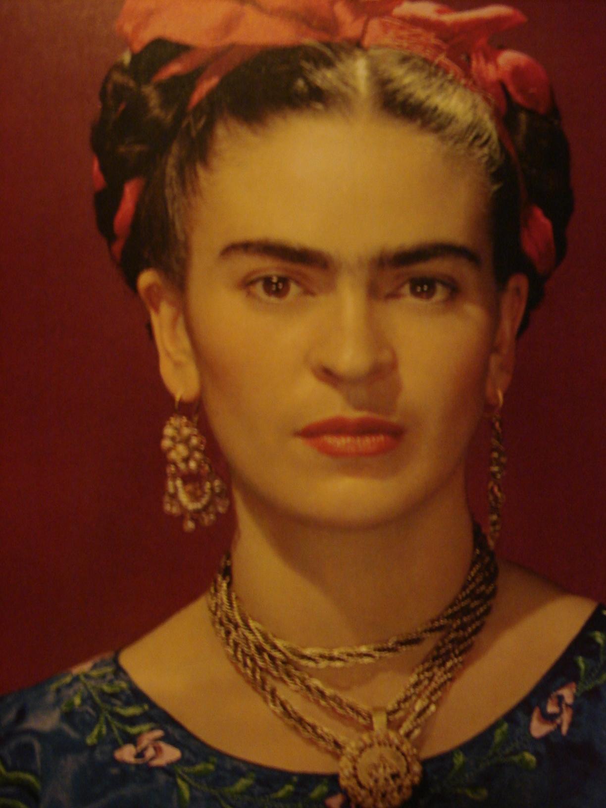 FRIDA Kahlo ritratta in una foto di Nickolas Muray