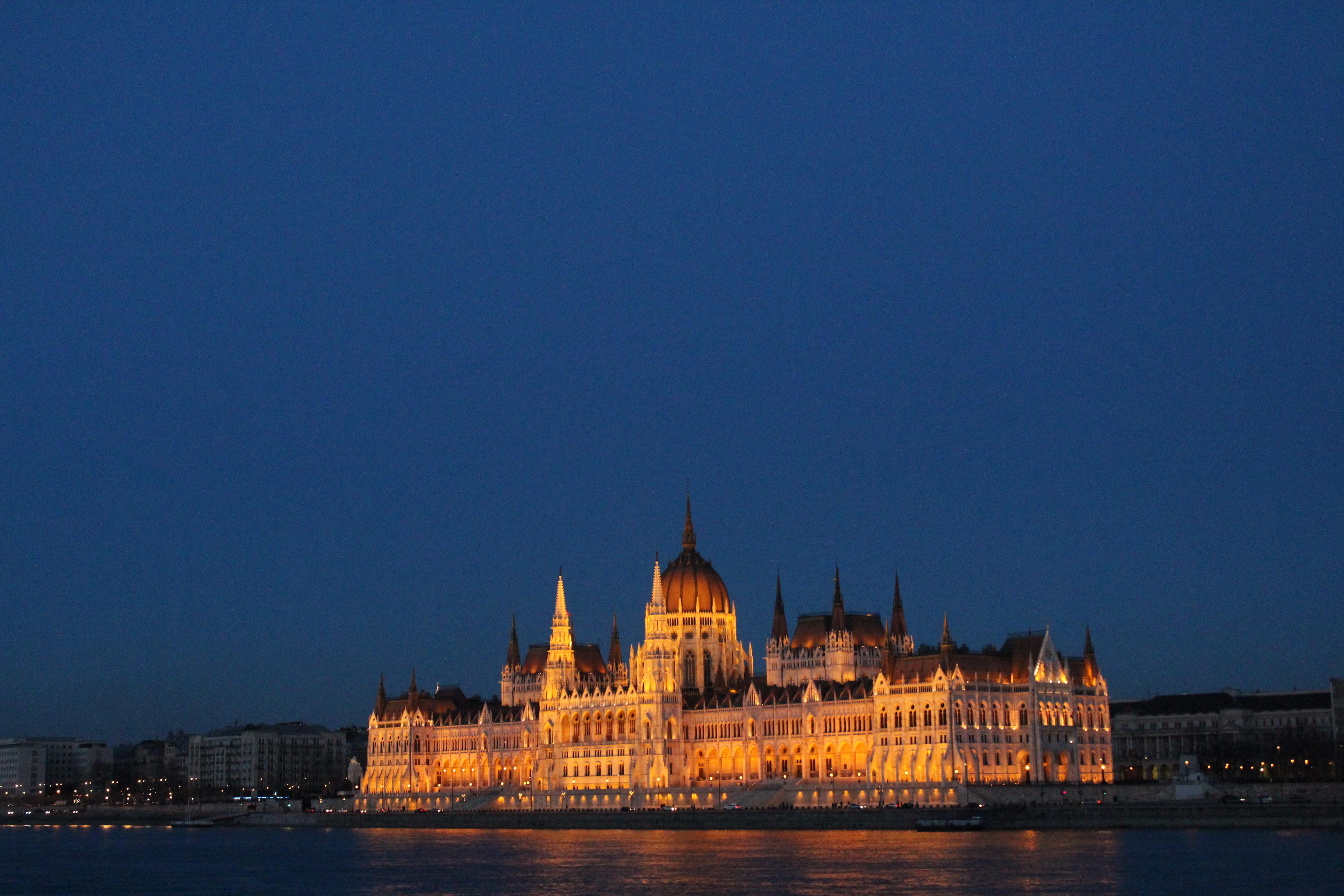 Budapest, il Parlamento illuminato
