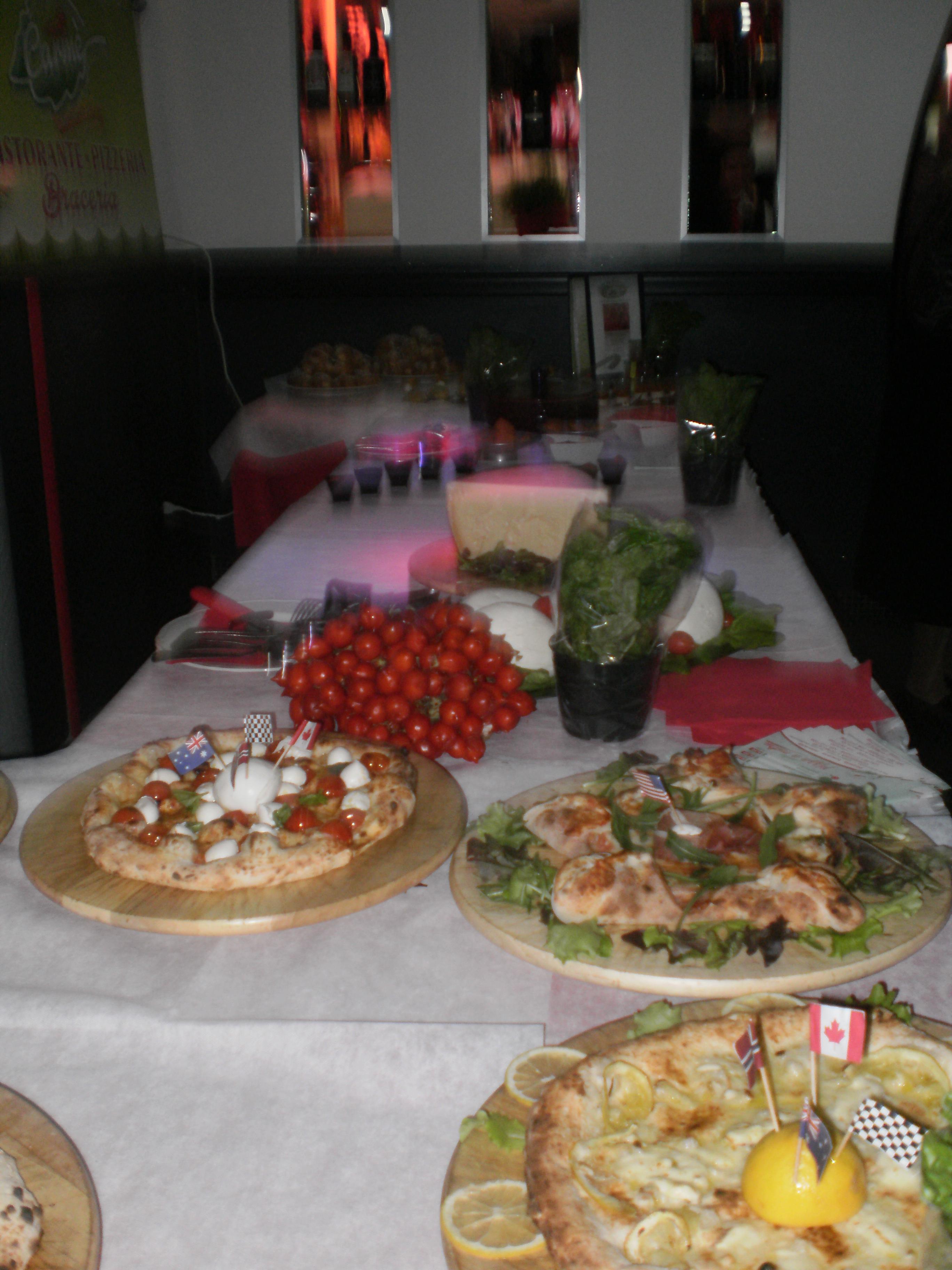 tavola imbandita con pomodori del Piennolo