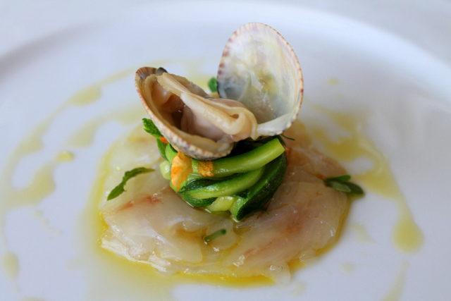 Crudo di pescato del giorno con insalata di zucchine, olio al coriandolo e vongola alla griglia