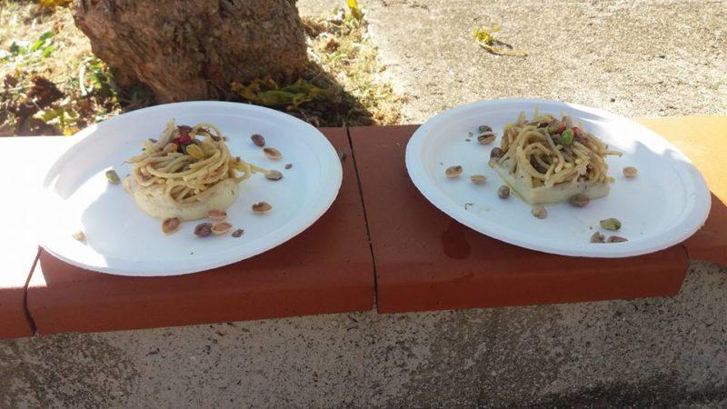 piatti con spaghetti con pistacchi