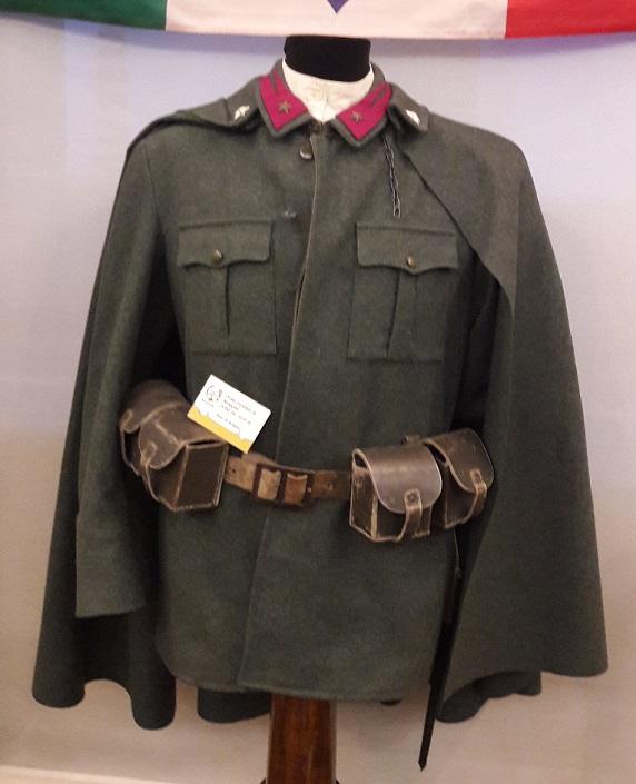 Giacca di panno verde di lana con mantello e collo ripiegato