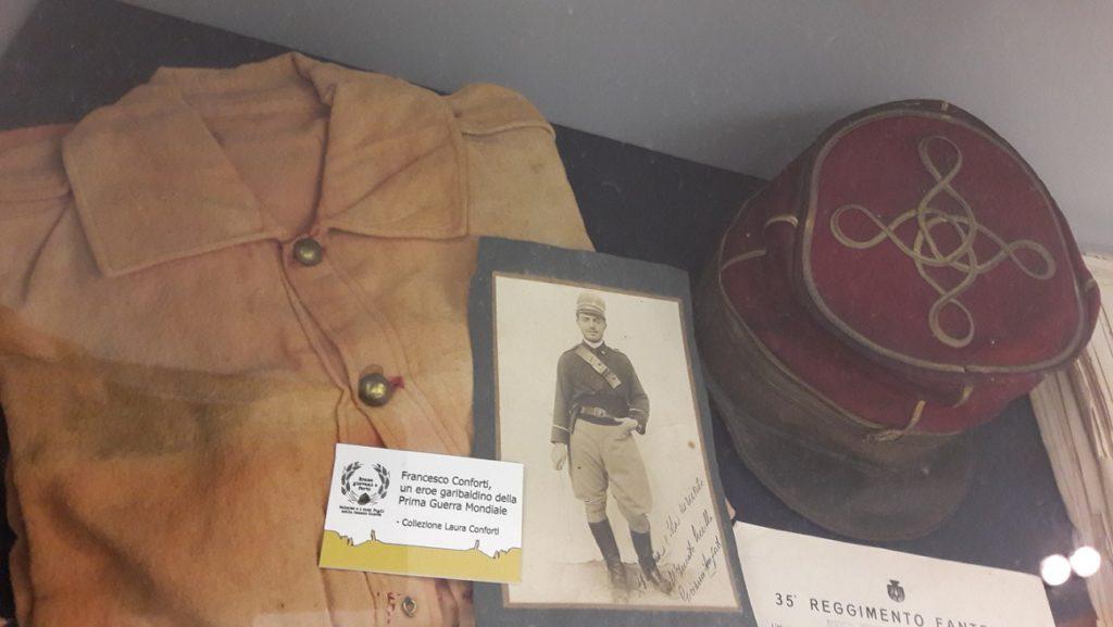 Giubba rossa e berretto del garibaldino Francesco Conforti