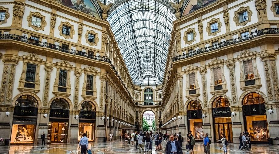 size 40 8e77f 28b0c Lo storico negozio Prada in Galleria a Milano per altri 12 ...
